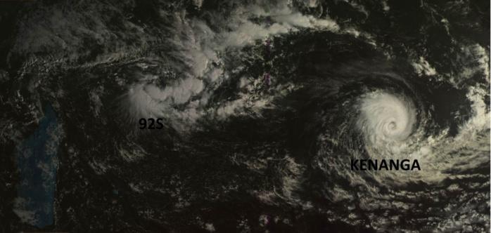 """Sur la droite de la photo sat: KENANGA(06S) qui est quasiment au stade de """"cyclone tropical"""". Au nord des Iles Soeurs on voit bien 92S qui se forme. Photo du satellite géostationnaire russe ce matin à 08h."""