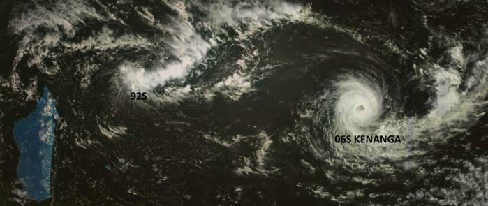 Sur la droite le cyclone tropical KENANGA(06S) alors qu'au nord des Iles Soeurs on distingue la perturbation tropicale 92S. Photo du satellite géostationnaire russe à 11h30.