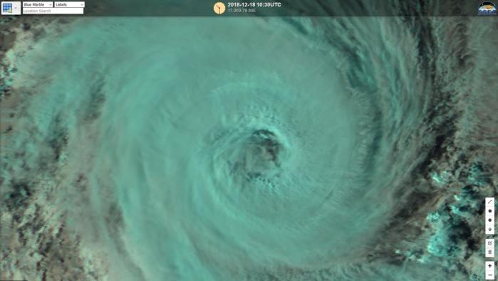 Image satelllite haute résolution de Himawari-8 à 14h30. L'oeil qui était recouvert commence à devenir plus clair.