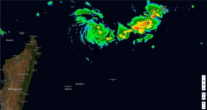Mercredi 19 à 02h. Le système commence à s'intensifier au nord des Mascareignes.