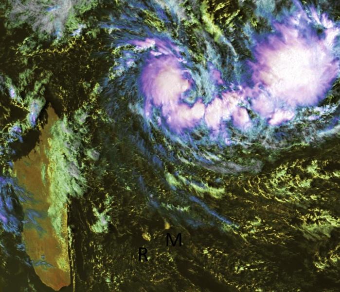 Cliquez sur l'image. CILIDA capturée par le satellite chinois FY2E ce matin à 09h30. Le système affiche un centre très net.
