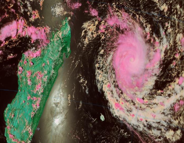 Le cyclone intense capturé par Noaa20 à 14h06. Notez la zone sèche entre la Réunion et les côtes malgaches.