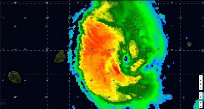 Photo sat de 06h. Après avoir transité à 50km des côtes mauriciennes les bandes cycloniques actives(jaune, orange et rouge) commencent à s'éloigner.