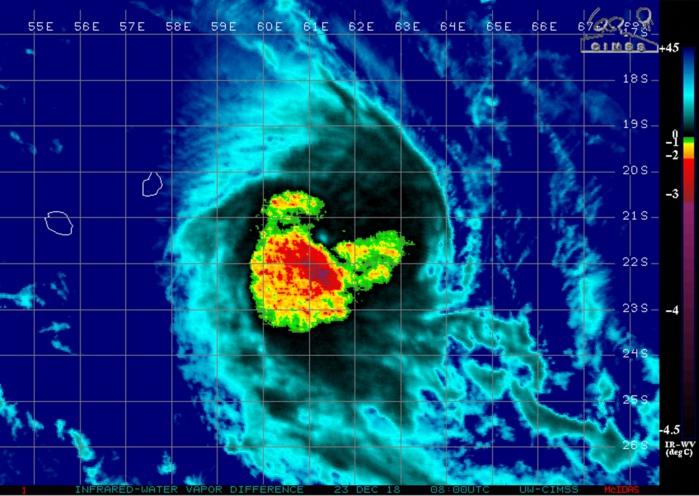 Photo satellite à midi. Notez la dyssimétrie au niveau des pluies cycloniques qui sont concentrées dans l'ouest et le sud du système. Cela laisse supposer que le cyclone n'est pas loin d'entamer sa transition extra-tropicale.