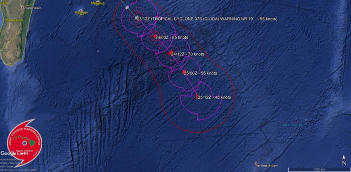 La dernière position dans la prévision de trajectoire place le centre à 1000km environ de l'île d'Amsterdam.
