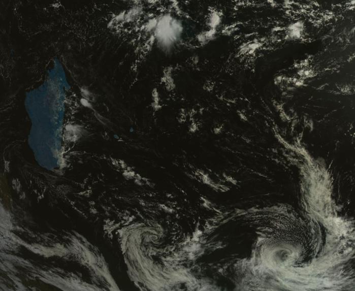 Cliquez sur l'image.Le satellite russe Goms-2 à 09h. L'ex cyclone tropical intense CILIDA(07S) est visible en bas à droite de l'image. A présent tempête des latitude moyennes il se situe près de l'île Amsterdam.