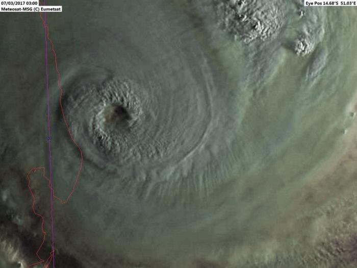 """Le 07 Mars 2017 le cyclone intense ENAWO(09S) classé au premier stade de """"Super Cyclone"""" par le JTWC s'approche inexorablement des côtes malgaches ou il sèmera la désolation. Photo sat: Météosat, 07h, Raoul Maujean, Enhanced par Patrick Hoareau."""