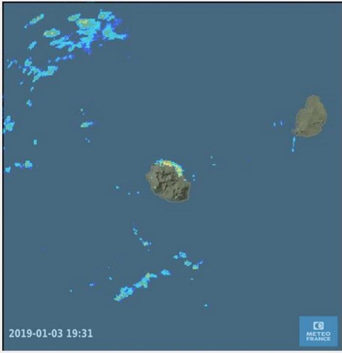 19h31: bonnes averses orageuses sur le nord et le nord est de la Réunion. Météo France Réunion.