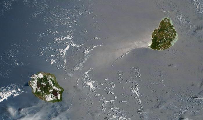 Les Iles Soeurs vues par Terra/Modis à 10h35. Grand soleil sur Maurice. Photo sat: NASA US.