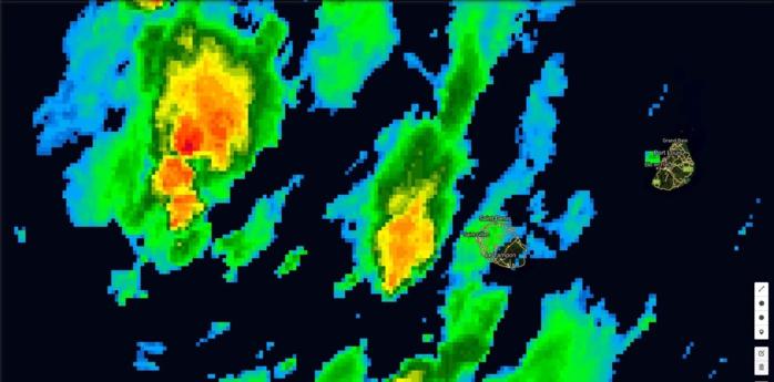 06h: accalmie sur la Réunion. On surveille toutefois des foyers actifs en mer(jaune et rouge).