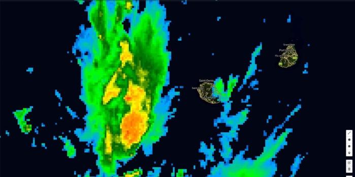 Image satellite de 13h: la zone active circule en mer à 100km de la Réunion. Des petites bandes modérément actives touchent l'est de l'île alors que Maurice jouit d'un temps calme.