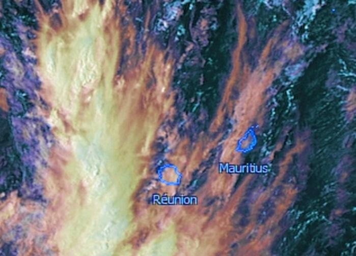 Même photo satellite mais centrée sur les Iles Soeurs. On voit bien que même la Réunion était aujourd'hui en bordure des nuages actifs.