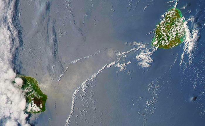 Les Iles Soeurs capturées par le satellite Aqua à 14h. Le Piton de la Fournaise bien visible avec des nuages venus du large sur la moitié ouest de la Réunion qui ont apporté quelques averses. Maurice sous le soleil malgré quelques ondées sur l'est et le sud est. Nasa US.