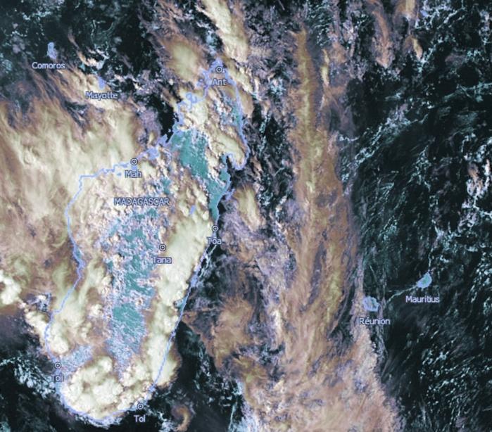 Les nuages entre Mada et la Réunion sont moins actifs qu'hier. Des orages actifs sont présents sur Mada et le Canal de MOZ. Satellite: Météosat8, Kobus, 16h, que j'ai travaillé.