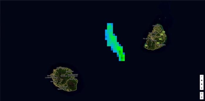 18h: une petite ligne pluvio-orageuse s'est développée entre Maurice et la Réunion. Elle pourrait toucher le littoral est et nord de la Réunion en deuxième partie de nuit.