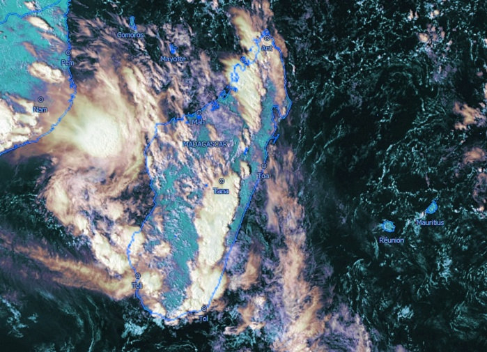 Gros orages sur certaines régions de Madagascar et activité sur le Canal de MOZ. La masse d'air devient progressivement plus humide et instable sur les Iles Soeurs. Météosat, kobus, que j'ai travaillée.