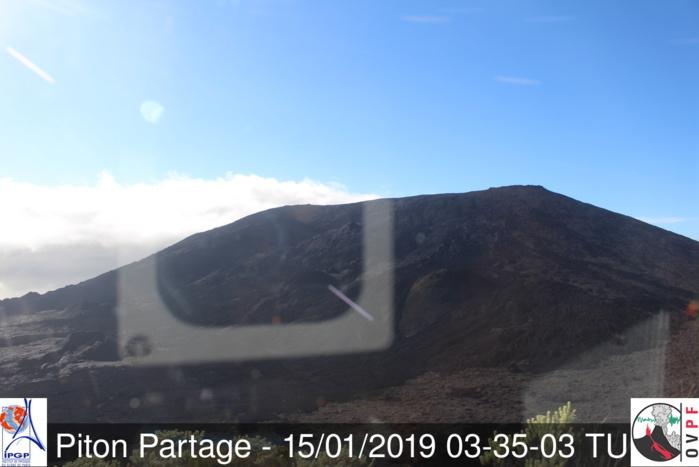 07H35: le ciel s'est à nouveau dégagé au volcan. http://www.meteo-reunion.com/