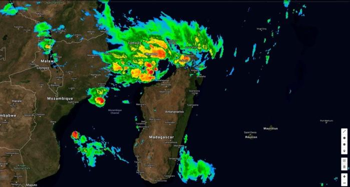 Satellite à 08h: à gauche de l'image DESMOND n'a pas fière allure. Au nord de Madagascar INVEST 93S est sous haute surveillance alors que le risque de fortes pluies est élevé. Le nord de la Grande Ile est en alerte rouge.