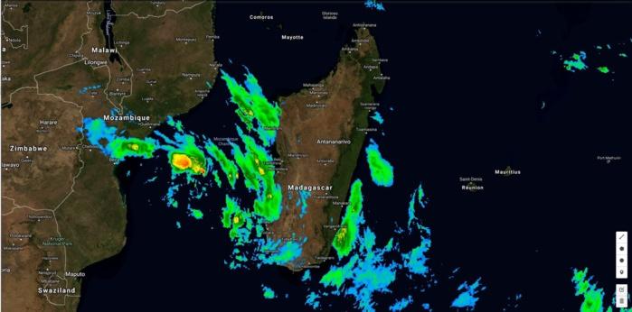 Satellite à midi: 93S en formation sur le Canal de Mozambique à l'ouest de Madagascar.