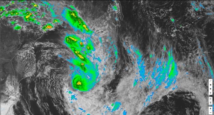 Photo satellite de 16h: des nuages élevés s'étendent très loin du coeur de EKETSANG. Des bandes s'activent au sud des Iles Soeurs. Le coeur du système apparait un peu mieux organisé alors que des bandes actives persistent loin au nord influencant le temps sur Madagascar.