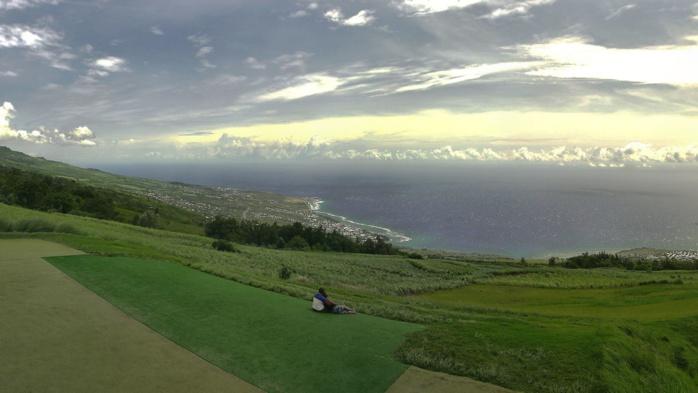 14H45 Colimaçons: vue à couper le souffle. Les nuages actifs à l'horizon. Crédit http://www.meteo-reunion.com/