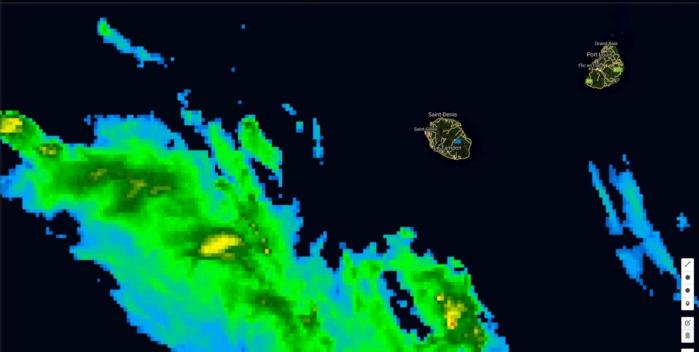 Photo satellite de 16h: la ligne pluvio-orageuse plutôt active s'approche de la Réunion par le sud ouest.