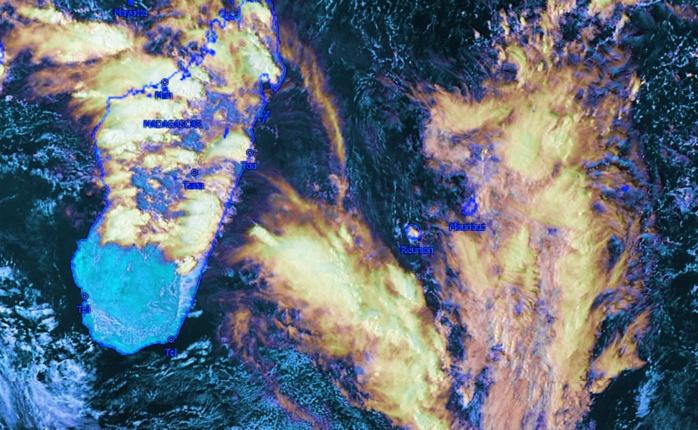 La zone vue par Météosat à 16h. La zone pluvio-orageuse est à l'ouest sud ouest de la Réunion. Pas mal d'orages sur Mada. Kobus. Image que j'ai travaillée.