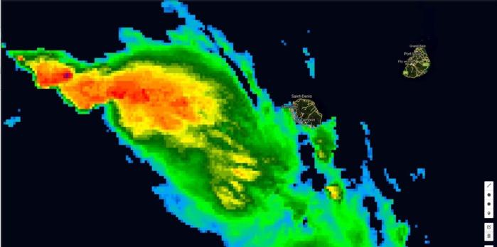 Satellite à 22h: la Réunion est en bordure du système et commence a essuyé des passages d'averses.