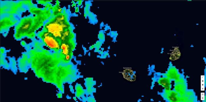 Satellite à 05h: les nuages actifs sont situés au nord ouest de la Réunion. Sur les Iles Soeurs le temps est humide mais sans excès.