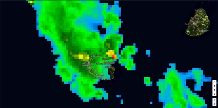 01h: comme le radar la photo satellite en haute résolution montre un maximum de précipitation au large de Saint André et un autre touchant l'ouest de l'île.