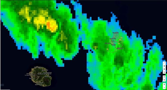 Photo satellite de 7h: les nuages plus actifs situés alors juste à l'ouest de Maurice touchent les régions ouest et le plateau central à présent.