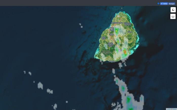 12h10: radar de Météo France Réunion. Des averses sont déjà observées sur le sud est et sur l'est du plateau central. Crédit image: https://www.meteoi.re/