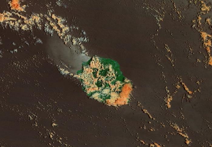 10h45: La Réunion capturée par Terra. Le volcan est souvent bouché et il pleut. Ciel encombré sur le sud est. Développements diurnes sur les pentes de l'ouest et du nord ouest.
