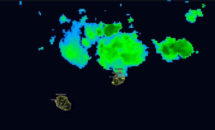 Photo satellite de 9h: des nuages persistent en mer au nord de Maurice. Certains touchent les régions nord et nord est ce matin en y apportant quelques averses possibles mais rien de méchant.