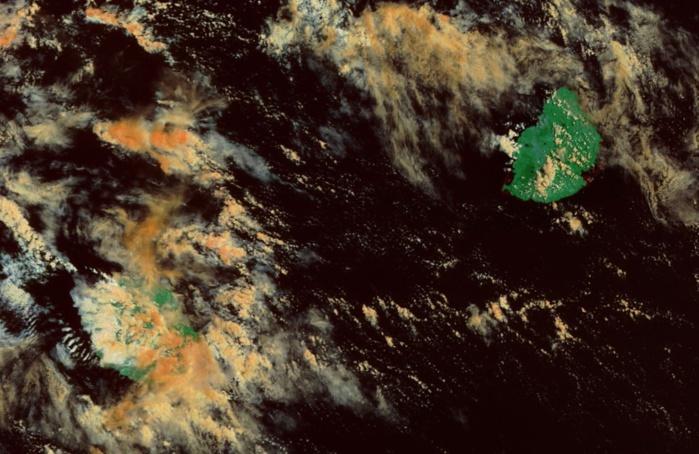 Satellite Terra à 10h20: les nuages près de Maurice sont inoffensifs. Par contre les régions sud et est de la Réunion connaissent un temps plus humide notamment dans les hauts.
