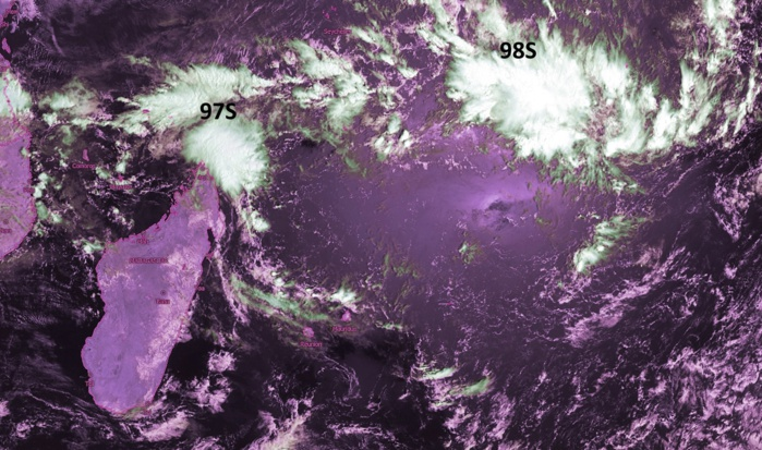 """Les deux zones suspectes 97S et 98S sont sous surveillance au nord est de Madagascar. Crédit image: Kobus que j'ai """"enhanced""""."""