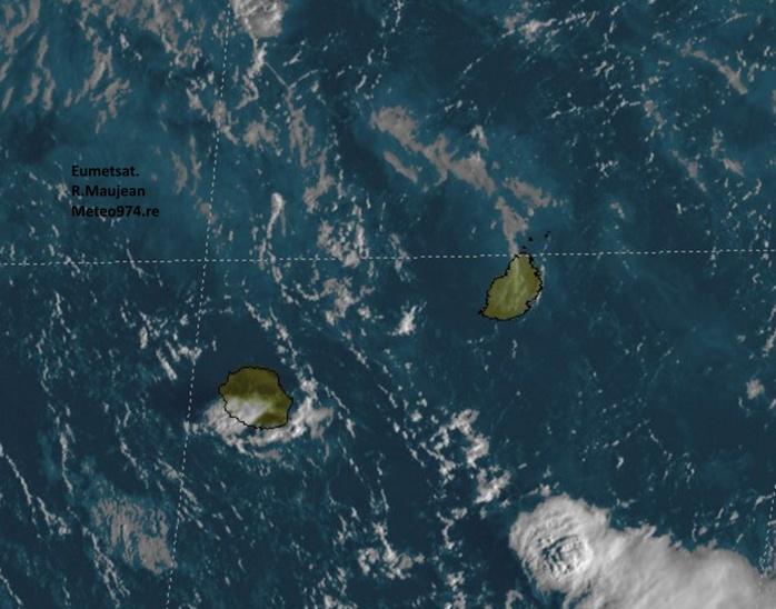 Nuages et averses sur le sud de la Réunion. Photo sat de 7h.