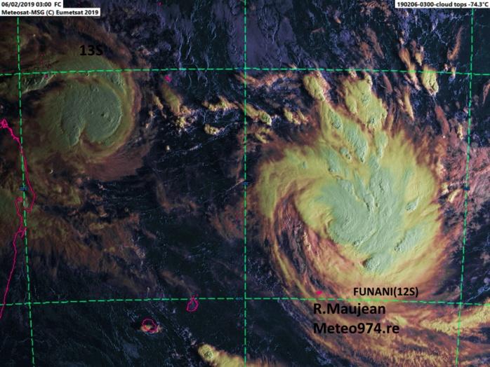 7h: FUNANI(12S) sur la droite s'intensifie alors que 13S à 400km au nord de Tromelin est plus compacte mais déjà bien organisé avec un centre net sur les images micro-ondes.