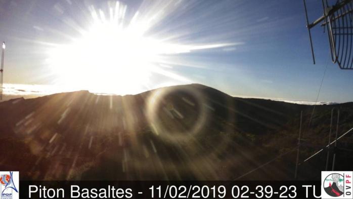 Lever du soleil sur le volcan réunionnais. Crédit image: http://www.meteo-reunion.com/