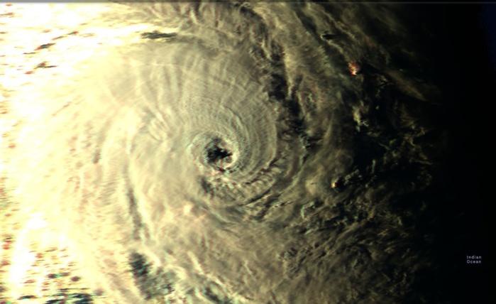La lumière du jour décline sur le cyclone intense HALEH(17S) ici à 17heures/Mascareignes.