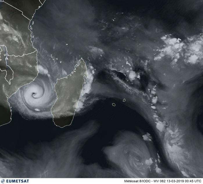 Image satellite de 04h45. Le cyclone IDAI(18S) évolue sur le Canal de Mozambique. La Réunion encore plus que Maurice est engluée dans une masse d'air sèche. Instabilité modérée sur Rodrigues.