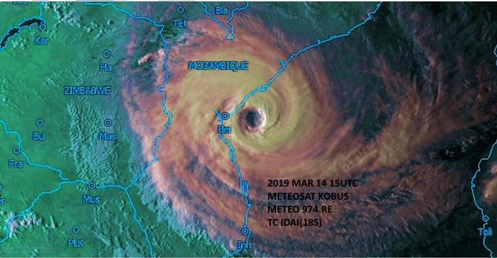 Les dernières images de la journée avec la lumière déclinante de la fin de journée mettent superbement en relief le large oeil du cyclone. Image de 19h/Mascareignes.