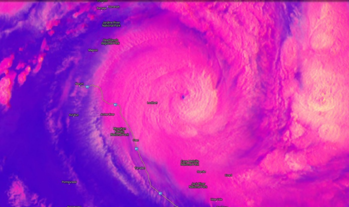 Intensification explosive de TREVOR(20P) ces dernières heures. Le petit oeil s'approche iinexorablementt de Lockhart. Image satellite de 01h/Mascareignes.