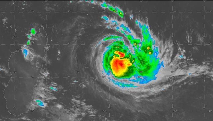 Satellite à 07heures ce matin. JOANINHA s'intensifie et l'oeil bien formé et visible sur les images micro-ondes ne devrait pas tarder à apparaitre sur les images conventionnelles.