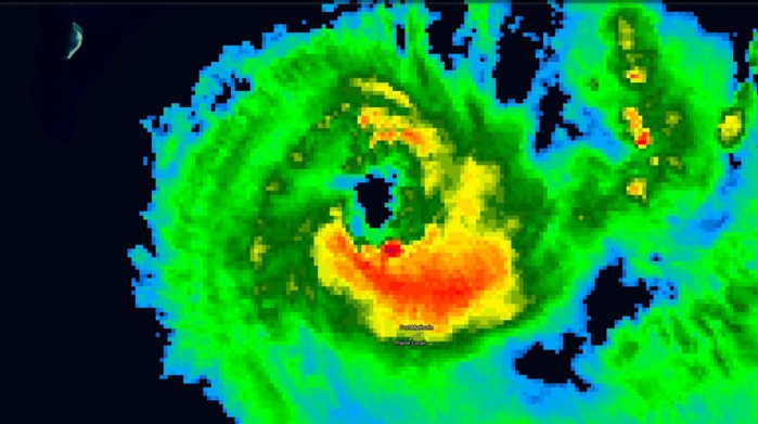 Les bandes intenses(orange, rouge) vont toucher Rodrigues cette nuit. Le cyclone montre des signes d'intensification. Satellite à 17h.