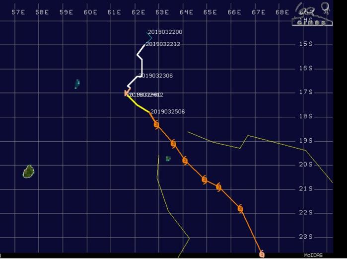 Prévision n15 sortie à l'instant. On envisage le passage de l'oeil du cyclone intense à 45km des côtes est de Rodrigues demain matin.