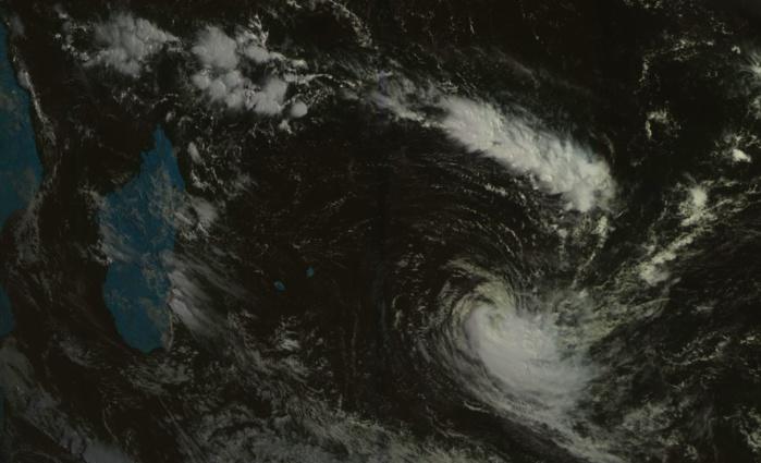 """La zone de Mada/Mascareignes vue à 09h/Mascareignes ce matin par le satellite géostationnaire russe. JOANINHA encore classé """"cyclone"""" à ce moment là est bien repérable tout comme nos deux petits bijoux que sont Maurice et la Réunion baignés de soleil."""