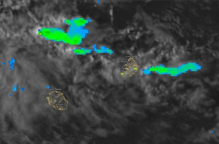 17h: en cette fin de journée les nuages s'activent dans le voisinage de Maurice notamment ceux poussés par les vents d'est sud-est.