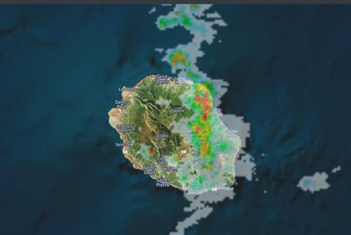 11h34: radar de Météo France. Les nuages actifs touchent la moitié est de la Réunion. Image https://www.meteoi.re/