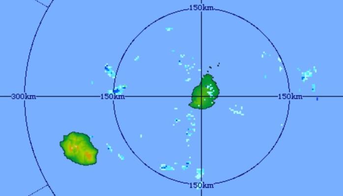 22h41: image du radar de Trou Aux Cerfs centrée sur Maurice et la Réunion. Quelques nuages porteurs d'averses faibles à modérées sont poussés par les vents d'est.